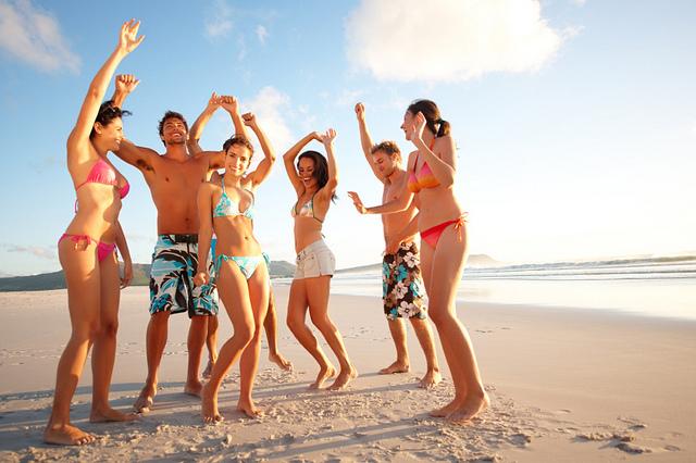 jak se nenudit během prázdnin, třeba takhle na pláži s kámoši